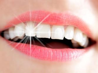 Frauenlachen mit Lichtreflex auf Zahn
